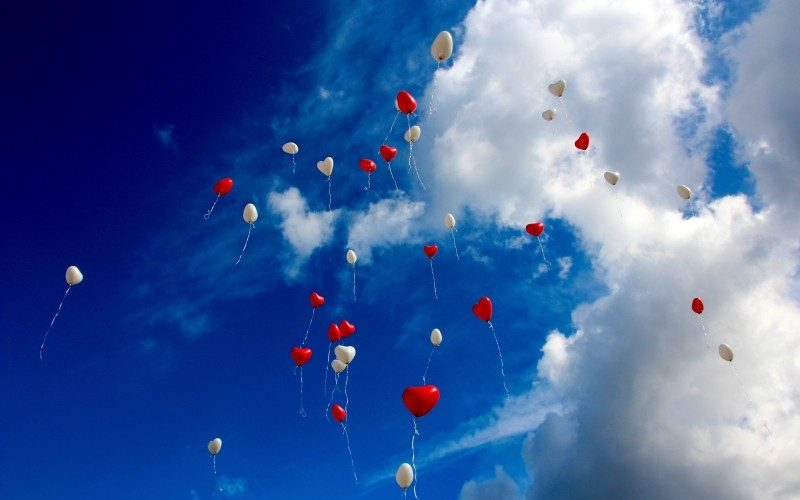 Balões vermelhos e brancos no céu