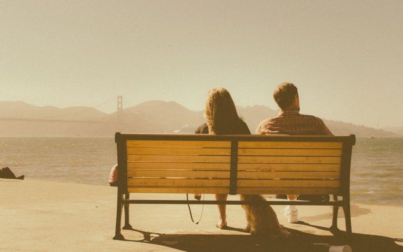 casal sentado conversando