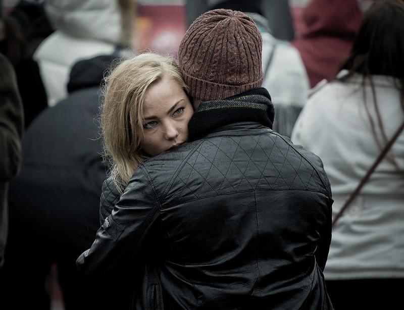 Mulher abraçando um homem