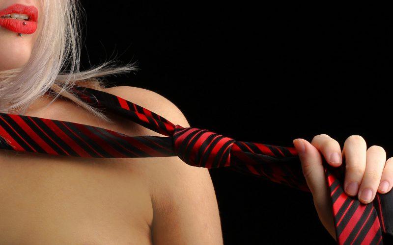 mulher com gravata