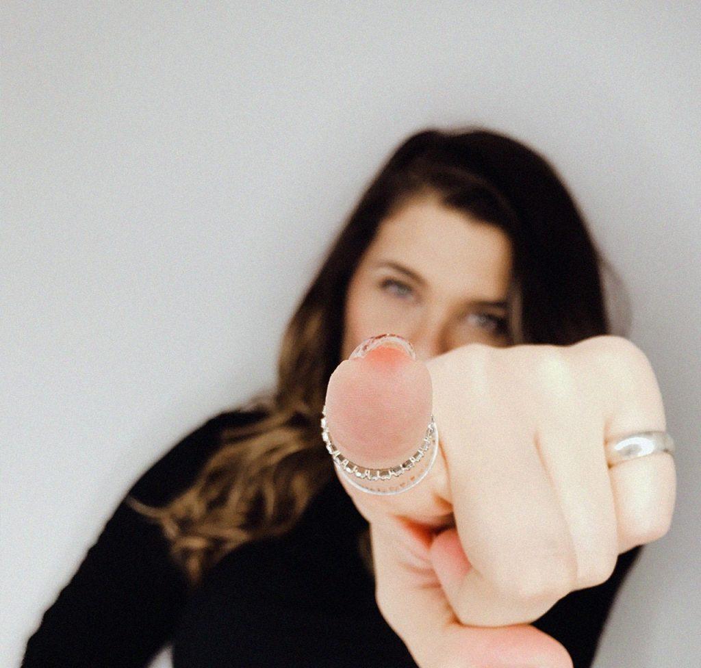 Mulher apontando o dedo