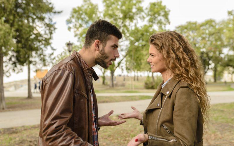 Homem e mulher discutindo