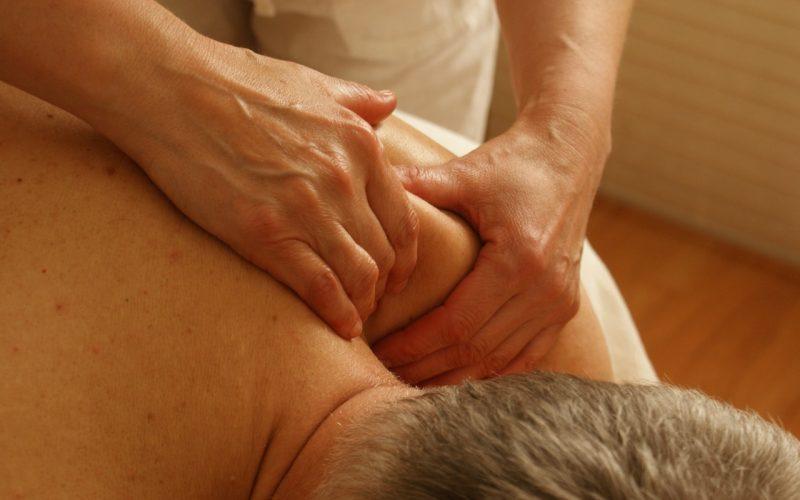 Mulher fazendo massagem em um homem.